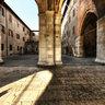 sotto i portici di Palazzo Gotico