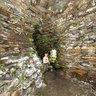 A l'intérieur du cairn de l'Ile Carn