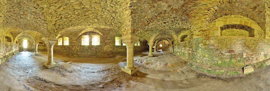 Colonnes du cellier de l'abbaye de La Lucerne - France